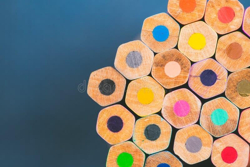 Sluit omhoog mening van kleurpotloden stock foto's