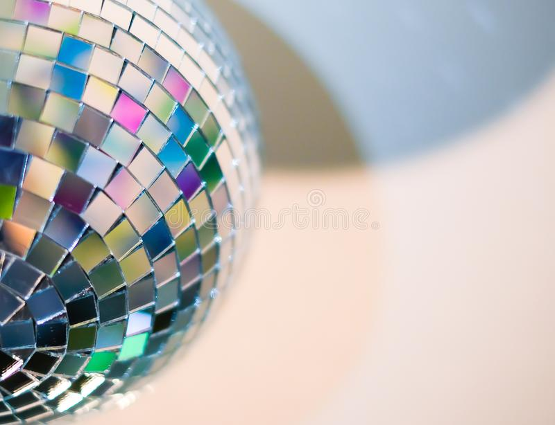 Sluit omhoog mening van kleurrijke discobal met multicolored bezinningen Thuis het voorbereidingen treffen voor een een partij of royalty-vrije stock afbeeldingen
