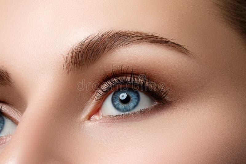 Sluit omhoog mening van mooi blauw vrouwelijk oog royalty-vrije stock foto's