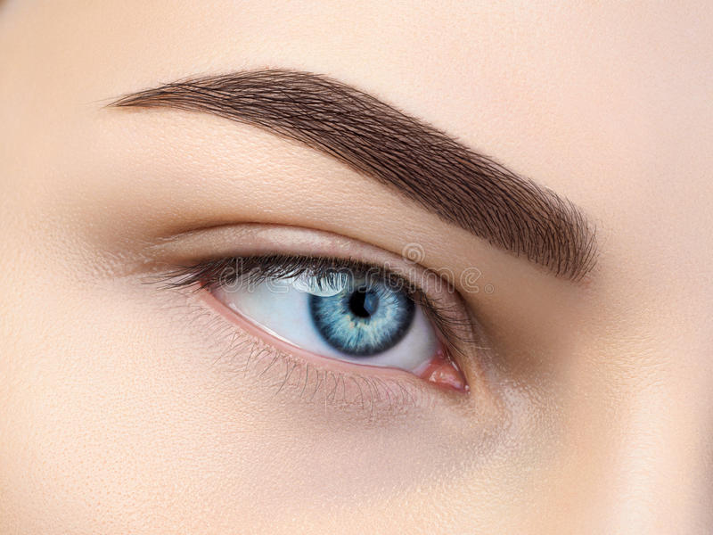 Sluit omhoog mening van mooi blauw vrouwelijk oog royalty-vrije stock afbeelding