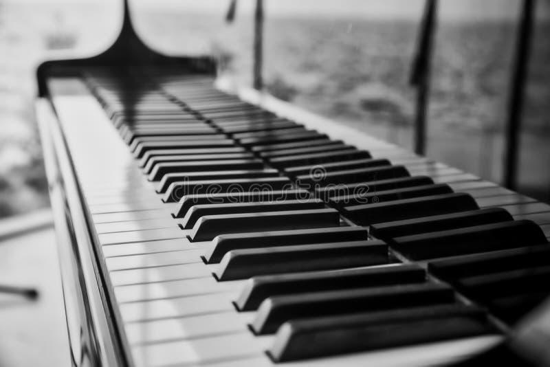 Sluit omhoog mening van pianosleutels royalty-vrije stock afbeelding