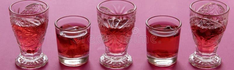Sluit omhoog mening van roze verfrissingdranken royalty-vrije stock fotografie