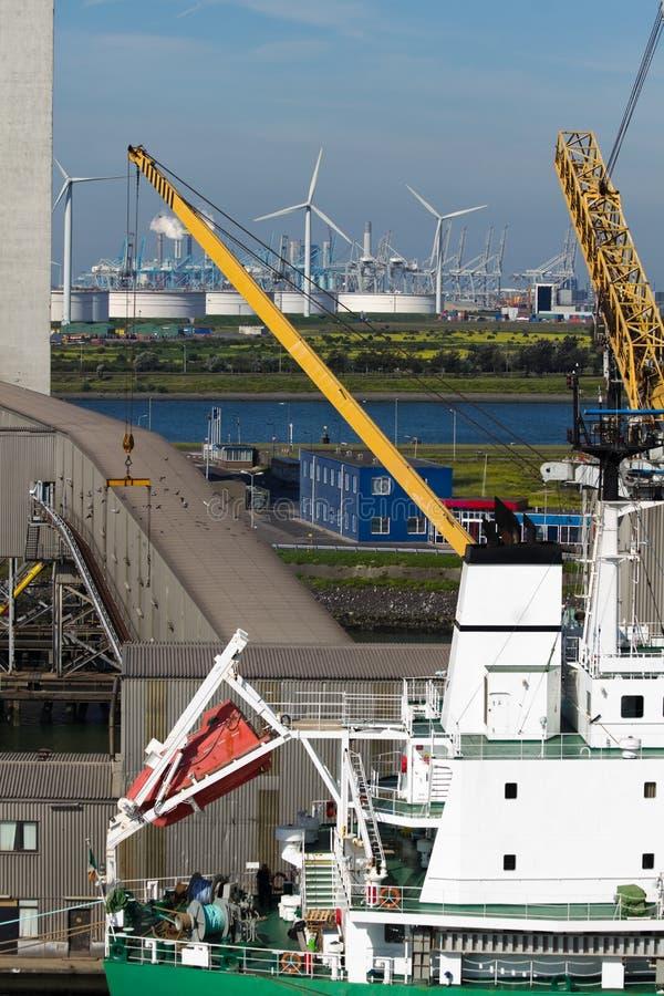 Sluit omhoog mening van schip bij terminal royalty-vrije stock foto