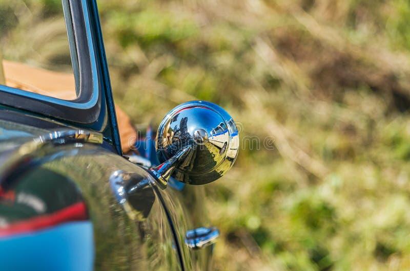 Sluit omhoog mening van sportwagen zijspiegel stock foto's