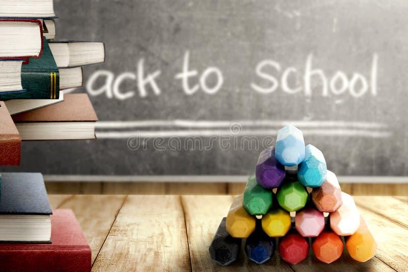 Sluit omhoog mening van stapel van boeken en kleurrijke kleurpotloden op houten lijst en bord met terug naar Schoolbericht royalty-vrije stock afbeeldingen
