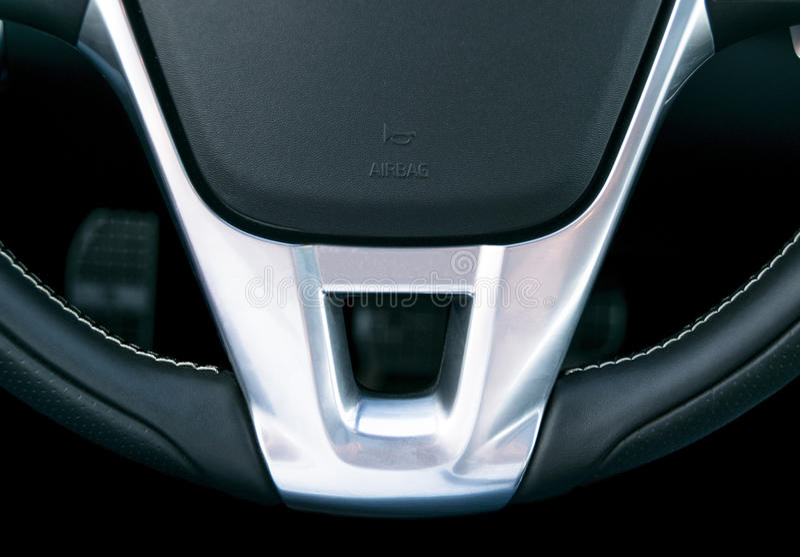 Sluit omhoog mening van stuurwiel, het Zwarte binnenlandse ontwerp van de leerauto, details stock foto