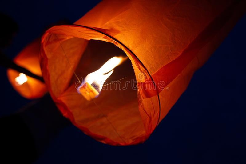 Sluit omhoog mening van twee Chinese vliegende lantaarns royalty-vrije stock fotografie