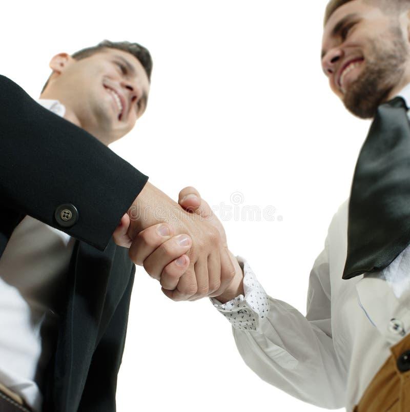 Sluit omhoog mening van twee zakenlieden die een handschok van overeenkomst ruilen royalty-vrije stock foto's