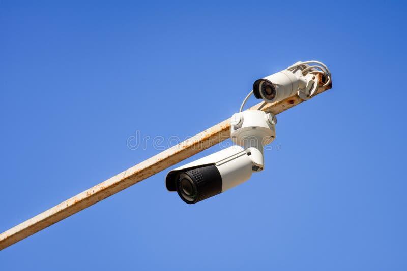 sluit omhoog mening van veiligheidscamera's op pool tegen helder stock foto's