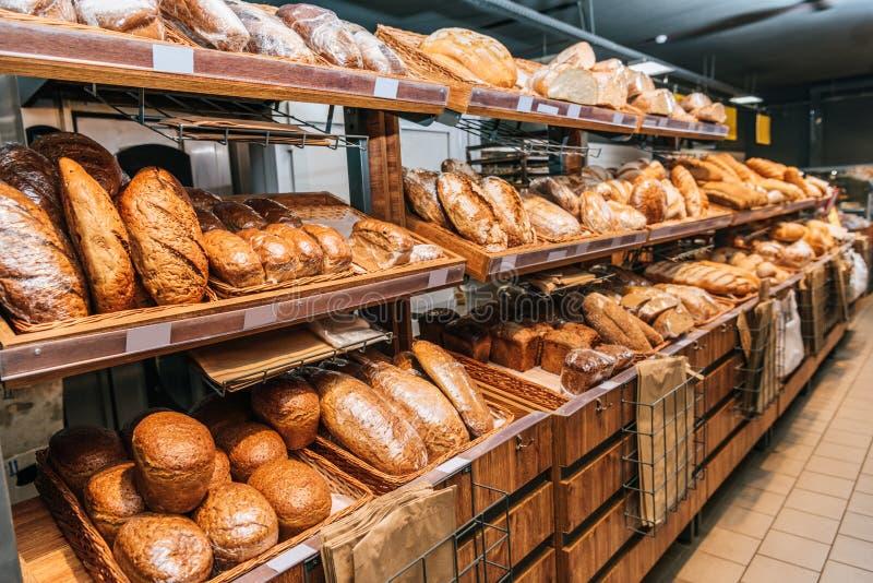 sluit omhoog mening van vers gebakken bakkerij stock foto's