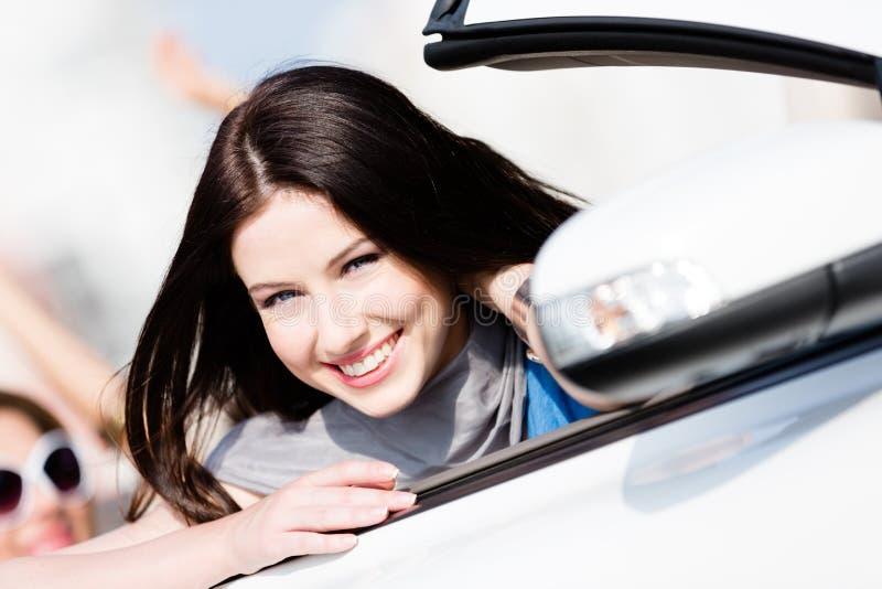Sluit omhoog mening van vrouw in de witte auto royalty-vrije stock foto