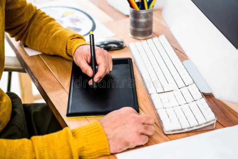 Sluit omhoog mening van zakenman gebruikend grafische tablet stock afbeeldingen