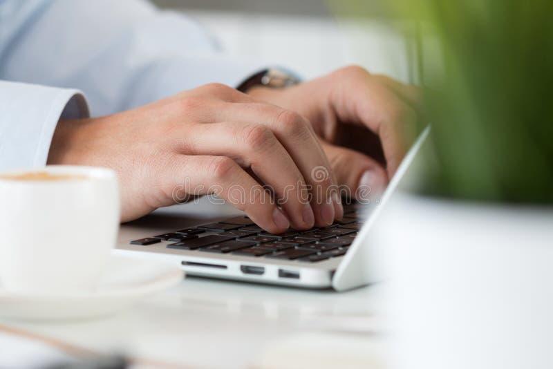 Sluit omhoog mening van zakenmanhanden die aan laptop werken stock foto's