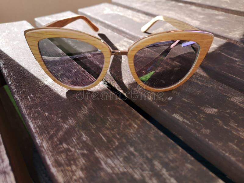 Sluit omhoog mening van zonnebril zittend op een lijst stock afbeeldingen
