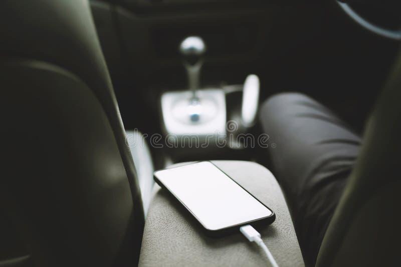 Sluit omhoog meningslast de batterijtelefoon in auto Plaats de mobiele smartphone in de auto royalty-vrije stock afbeelding