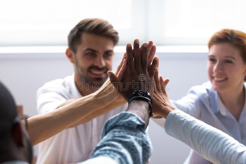 Sluit omhoog menselijke handen die hoogte vijf geven royalty-vrije stock afbeeldingen