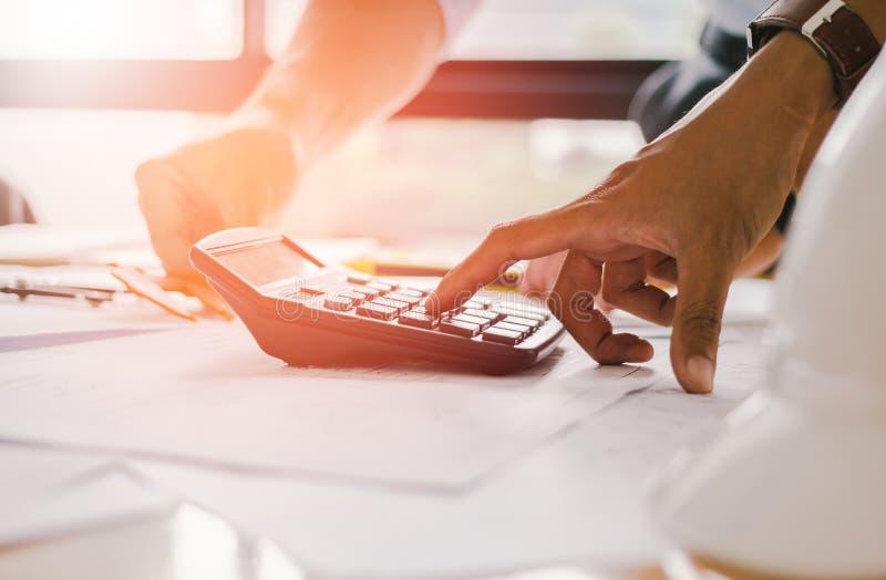 Sluit omhoog mensenhand gebruikend calculator Berekenend bonusOr andere compensatie aan werknemers om productiviteit te verhogen  stock fotografie