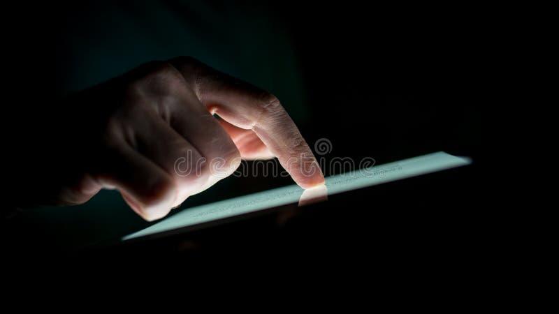 Sluit omhoog Mensenhand wat betreft een Apparaat van het Aanrakingsscherm royalty-vrije stock foto