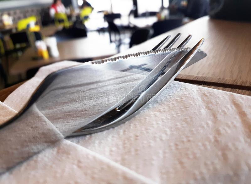 Sluit omhoog mes en vork op Witboekservet stock afbeeldingen