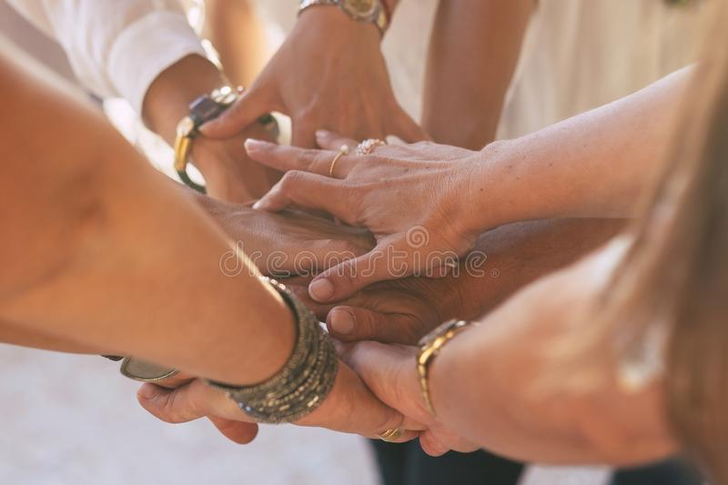 Sluit omhoog met partij van vrouwenhanden het houden en wat betreft elkaar voor vriendschapsconcept - samenwerking en hulp voor K royalty-vrije stock foto