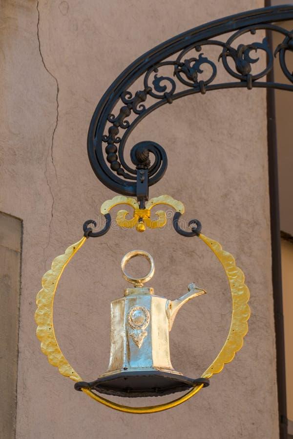 Sluit omhoog middeleeuws gildeteken voor een kosthuis en herberg in de historische oude stad van Chur in Zwitserland royalty-vrije stock afbeelding