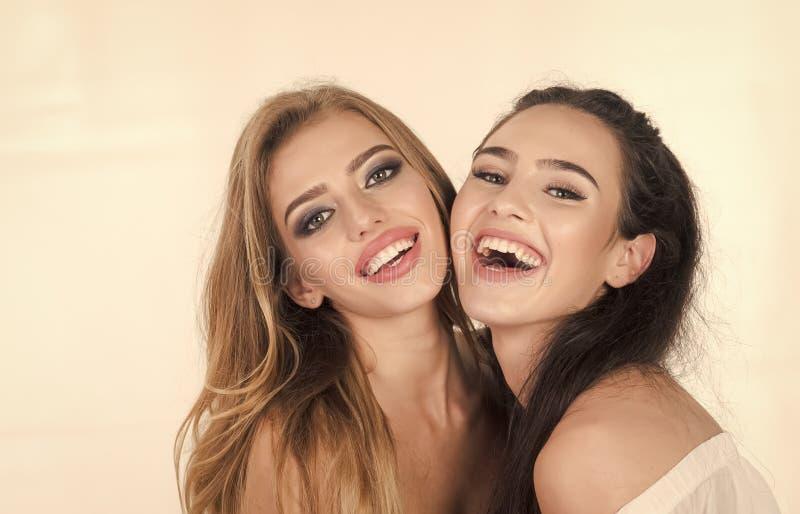 Sluit omhoog modieus portretpaar van twee leuke meisjes stock afbeeldingen