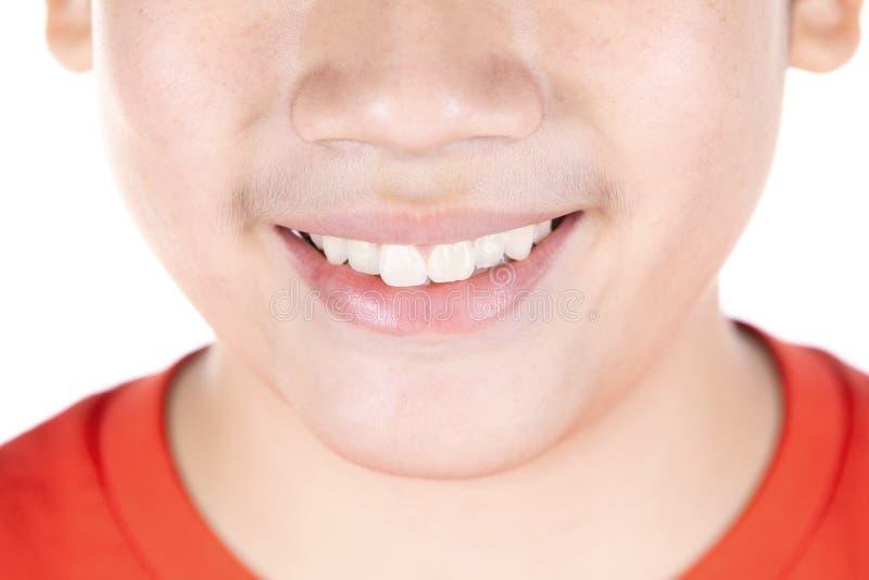 Sluit omhoog mond van Aziatische die jongen op witte achtergrond wordt geïsoleerd stock foto's