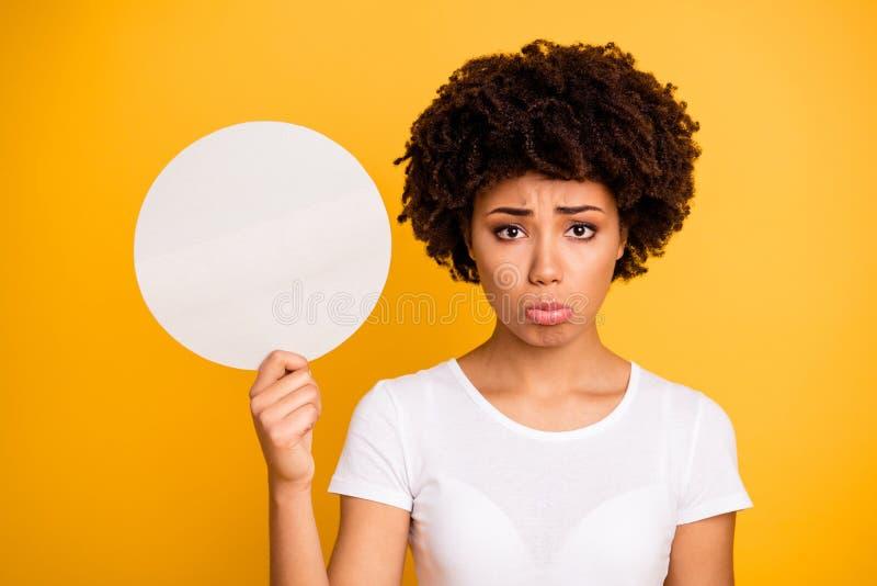 Sluit omhoog mooi foto die zij haar donkere huiddame om cirkeldocument kaart verbazen die het slechte nieuws die slijtage betreur stock foto's
