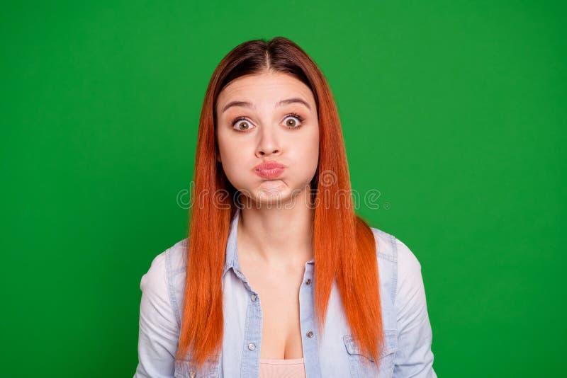 Sluit omhoog mooi foto die zij haar foxy dameellende niet spreken vertellen de ademmond verbazen van de besprekingsgreep het voll royalty-vrije stock fotografie