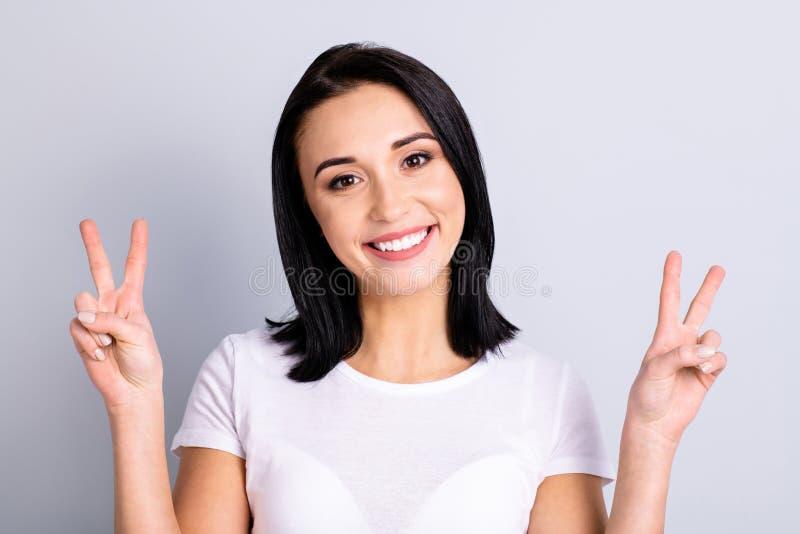 Sluit omhoog mooi foto die zij haar het wapen v-teken van de damehand symbool zeggen hallo de verwanten perfect ideaal van vriend royalty-vrije stock foto's