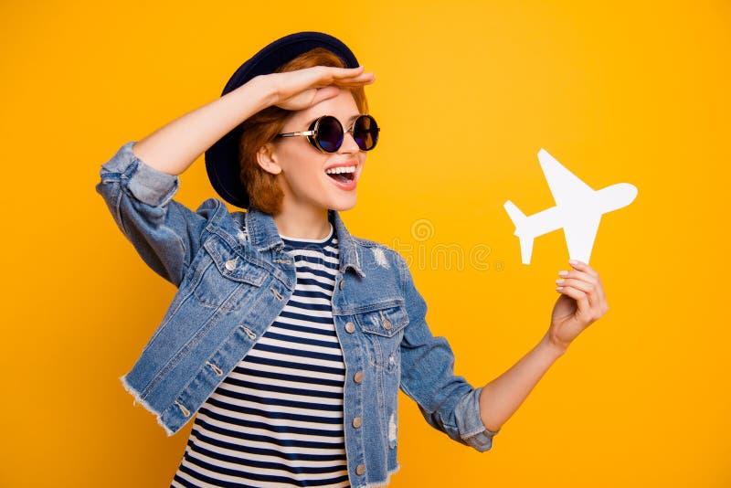 Sluit omhoog mooie foto zij haar de handdocument van het damewapen vliegtuigreiziger kijken ver weg verre de bril uitstekende hoe stock afbeelding
