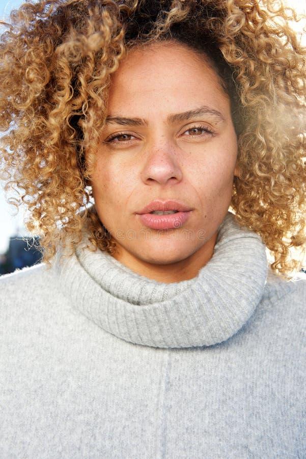 Sluit omhoog mooie jonge Afrikaanse Amerikaanse vrouw met het krullende haar staren royalty-vrije stock foto