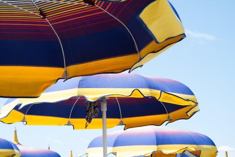Sluit omhoog multicolored hemel van het paraplu'sstrand stock foto's