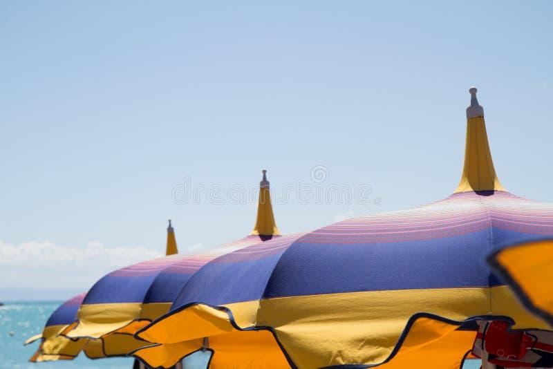 Sluit omhoog multicolored hemel van het paraplu'sstrand royalty-vrije stock foto's