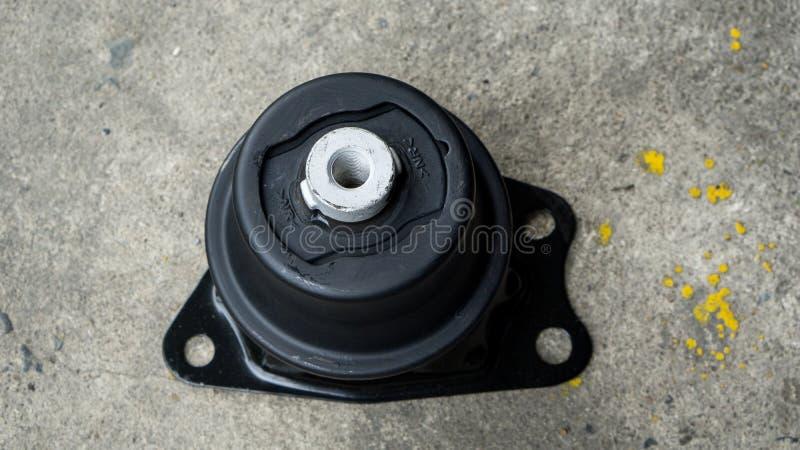 Sluit omhoog nieuw voor hydraulisch motoronderstel op concrete vloer in garage voor reparatie en van het van de onderhoudsdienst  stock afbeeldingen