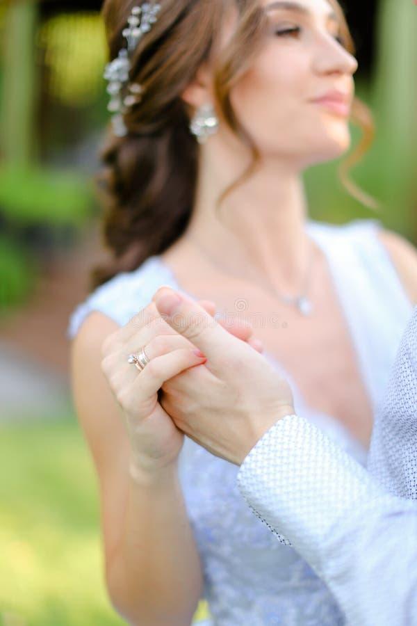 Sluit omhoog onduidelijk beeldbruid die met buiten bruidegom dansen stock foto