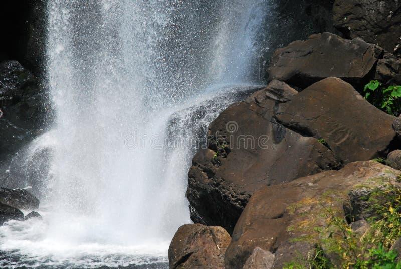 Sluit omhoog ontsproten van majestueuze waterval stock fotografie