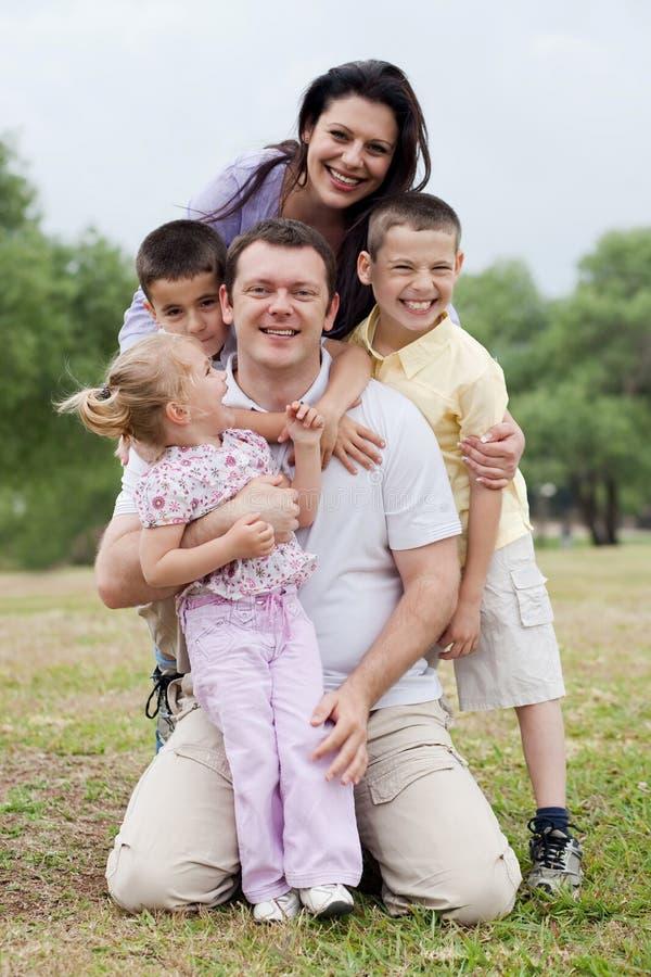Sluit omhoog ontsproten van vrolijke familie die samen stelt stock fotografie