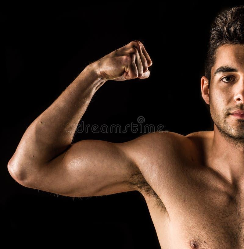 Sluit omhoog op bodybuilderbicepsen, een schouder, een wapen, en een gezicht stock afbeeldingen