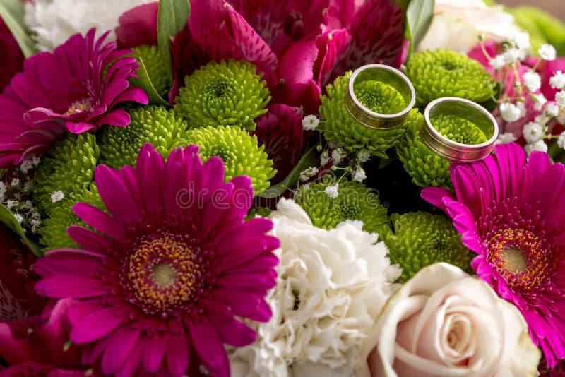 Sluit omhoog op boeket van roze en witte bloemen royalty-vrije stock afbeeldingen