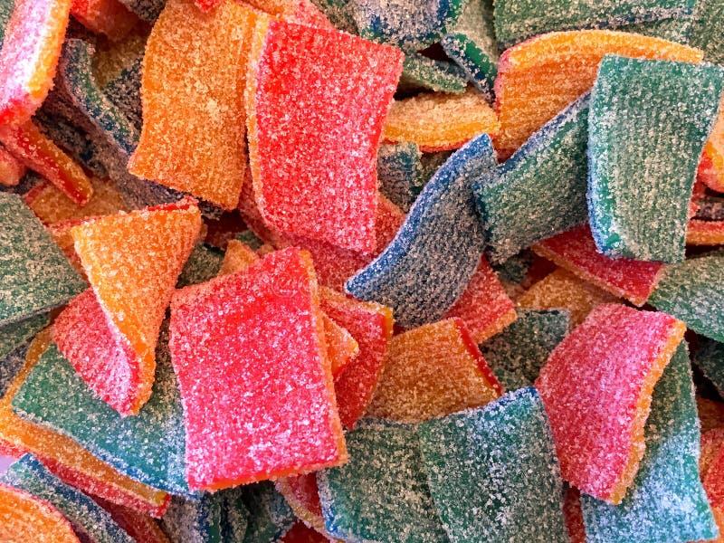 Sluit omhoog op de suiker met een laag bedekte vierkanten van het fruitsuikergoed stock afbeeldingen