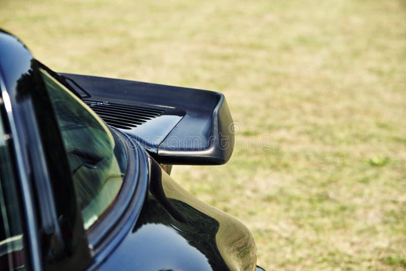Sluit omhoog op donkerblauwe sportwagenspoiler royalty-vrije stock fotografie