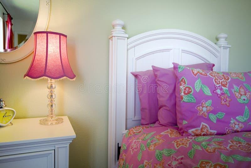 Sluit omhoog op een bed in een slaapkamer royalty-vrije stock foto's