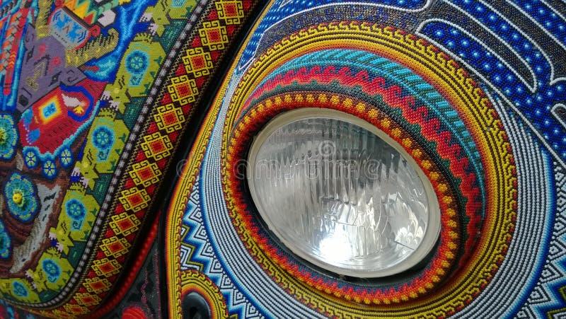 Sluit omhoog op een Kever die door Mexicaanse Huicholes wordt verfraaid stock afbeeldingen