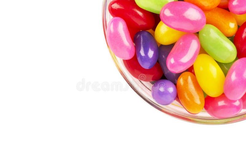 Sluit omhoog op een kom van kleurrijke die geleibonen, op wit wordt geïsoleerd royalty-vrije stock foto