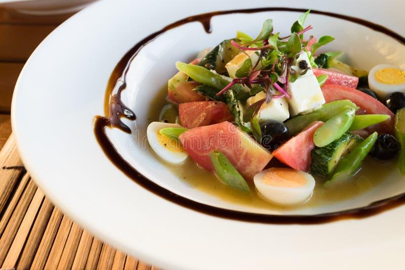 Sluit omhoog op een plaat van de salade van de chef-kok stock afbeelding