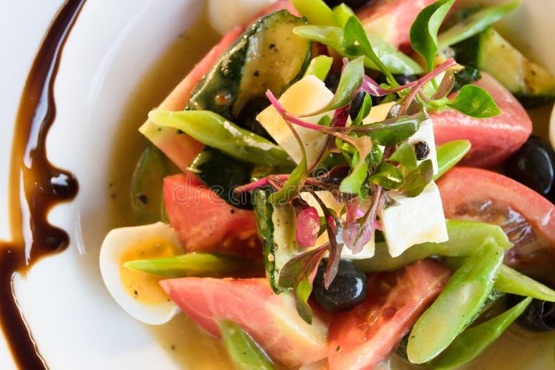 Sluit omhoog op een plaat van de salade van de chef-kok royalty-vrije stock foto's