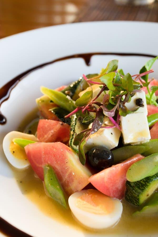 Sluit omhoog op een plaat van de salade van de chef-kok royalty-vrije stock afbeelding
