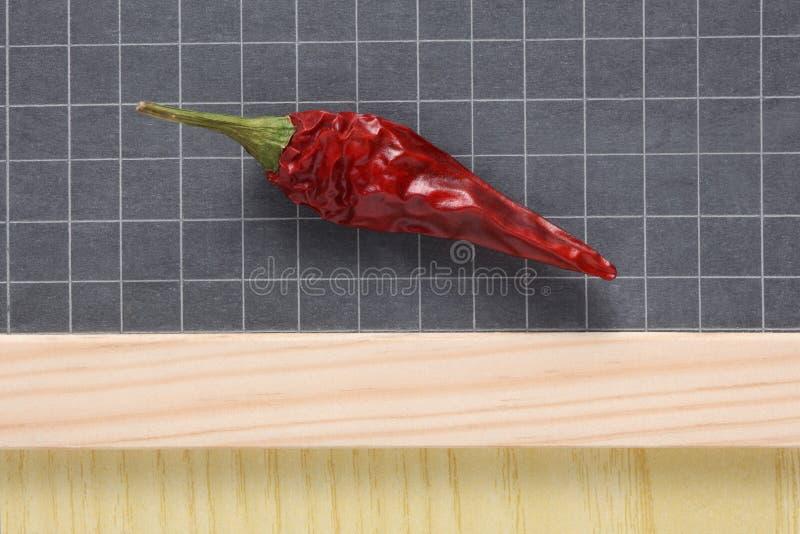 Sluit omhoog op een rode rust van de Spaanse peperpeper op een leibord royalty-vrije stock foto's