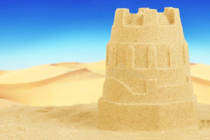 Sluit omhoog op een zandkasteel op strand stock foto